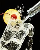 Mineralwasser aus Flasche in Glas giessen
