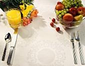 Tisch eingedeckt mit Besteck