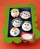 Lustige Cupcakes mit Familiengesichtern zum Verkaufen