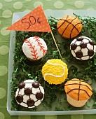Lustig verzierte Cupcakes (Sportbälle) zum Verkaufen
