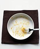 Weisser Teller mit Resten von Makkaroni mit Käse