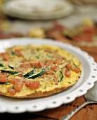 Zucchini-Tomaten-Frittata auf weißem Teller