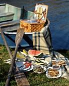 Picknick am See mit Hähnchenspiessen, Gemüse und Melone