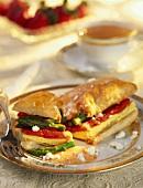 Blätterteigsandwich mit Spargel, Feta, Tomate und Eierstich