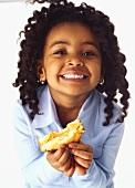 Mädchen hält Toast mit Erdnussbutter