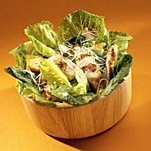 Cäsarsalat mit Hähnchenbrust in Holzschüssel