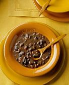 Schwarze Bohnensuppe mit Holzlöffel
