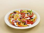 Tomatensalat mit Mozzarella und Basilikum