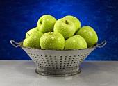 Frisch gewaschene Granny Smith Äpfel im Abtropfsieb