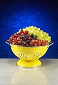Rote und grüne Trauben im gelben Abtropfsieb