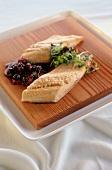 Lachsfilets mit Cranberrykompott und Kresse