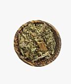 Getrockneter Beinwell (Blätter und Wurzel) in Schale
