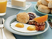 Spiegeleier mit Speck und Biscuit mit Marmelade (USA)