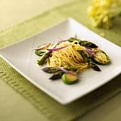 Spaghetti mit Spargel, Zucchini und roten Zwiebeln