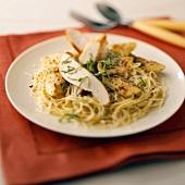 Dünne Spaghetti mit Hähnchenbrust und Artischocken