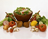 Eine Schüssel gemischter Salat mit Dressing und Speckwürfel