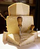 Parmesan in Stücken mit Käsemesser