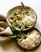 Asiatisches Hähnchengericht mit Brokkoli, Basilikum und Reis