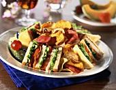Clubsandwiches mit Kartoffelchips
