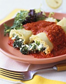 Filled pasta with broccoli and tomato sauce