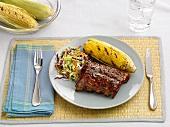 Gegrillte Spareribs, Maiskolben und Kohlsalat