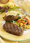 Gegrilltes Steak mit Baked Potato und Gemüse