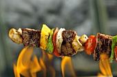 Rindfleisch-Gemüse-Spiess über das Feuer halten