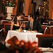 Pärchen beim Abendessen im Restauran