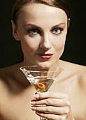 Frau hält Martiniglas