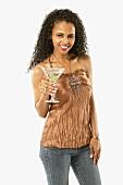 Junge Frau hält Martiniglas