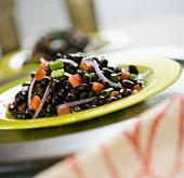 Schwarze Bohnen mit Paprikawürfeln und Zwiebeln