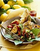 Ein Teller gebratenes Putenfleisch, Gurkensalat und Bratkartoffeln