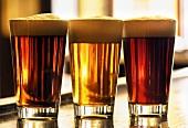 Drei Gläser Bier auf einer Theke