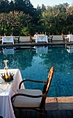Gedeckte Tische am Pool des Four Seasons Hotels in Thailand