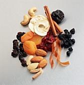 Trockenobst, Nüsse & Zimtstangen