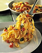 Fettuccine al pomodoro (Ribbon pasta with tomatoes & basil)