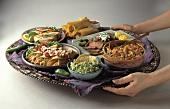 Hände servieren mexikanische Gerichte auf Tablett