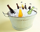 Verschiedene Brausegetränke in einer mit Eis gefüllten Wanne