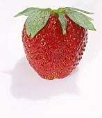Eine Erdbeere mit Wassertropfen
