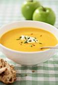 Apfel-Kürbis-Suppe mit Creme fraiche