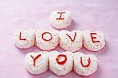 Marshmallow-Herzen mit Aufschrift I Love You
