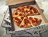 Pizza mit Peperoniwurst zum Mitnehmen