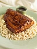 Lachsfilet mit Hoisinsauce und Honigglasur auf Reis