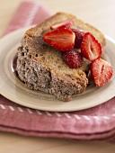 Stück Zimt-Kaffee-Kuchen mit Erdbeeren