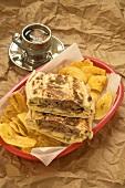 Sandwich mit Fleisch, Schinken und Bananenchips (Kuba)