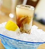 Oyster-Shooter mit Zitronenschnitz auf Eis