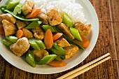 Hähnchen Chops Suey mit Reis (Close Up)