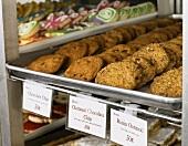 Verschiedene Sorten Kleingebäck in Auslage einer Bäckerei