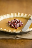 Pumpkin Pie mit Cranberries und Messer