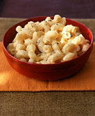 Macaroni and Cheese mit frisch geriebenem Pfeffer